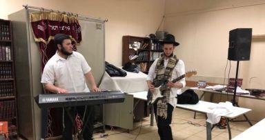 ריקודים לכבוד חודש אדר בחנוך לנער