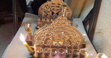 תמונת היום • העתק מנורת המלך המשיח ב770