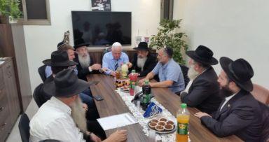 """ראש העיר עם מנהלי מוסדות חב""""ד"""