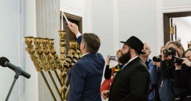 ראש הממשלה של פולין הדליק המנורה